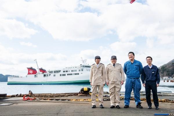宇和島運輸株式会社 左から弘瀬 生さん(25歳)、泉 敬太さん(28歳)、眞嶌 生緒吏さん(23歳) 、和泉 心さん(24歳)