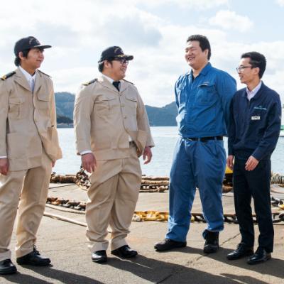 左から弘瀬 生さん(25歳)、泉 敬太さん(28歳)、眞嶌 生緒吏さん(23歳) 、和泉 心さん(24歳)<br /> 宇和島運輸株式会社